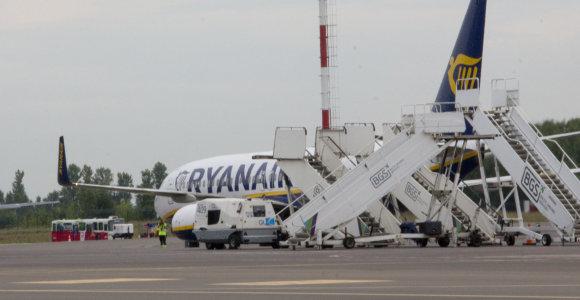 """Iš Vilniaus vos pakilęs """"Ryanair"""" lėktuvas turėjo grįžti: keleivį ištiko epilepsijos priepuolis"""