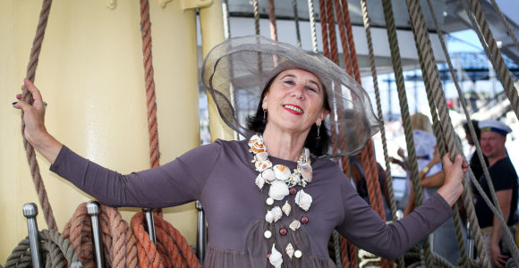Jūros šventės mero priėmimui išskirtinį vėrinį Zita Tallat-Kelpšaitė susivėrė iš brangių kriauklių