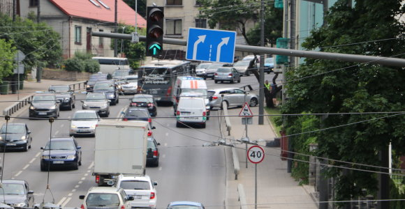 Kauno Parodos gatvės įkalnėje partrenktas dviratininkas: nusidriekė automobilių eilė