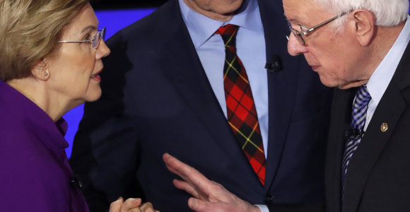 JAV demokratų debatai: E.Warren ir B.Sanderso konfliktas kaista