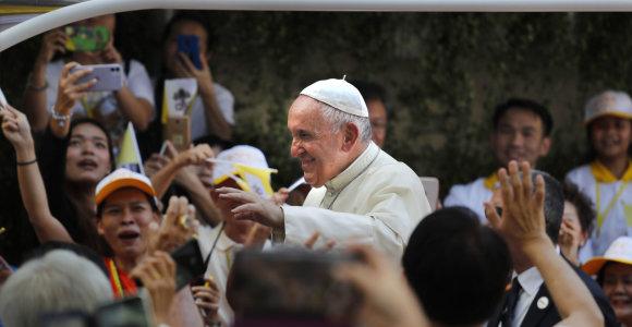 Popiežius Pranciškus kelionę Azijoje pradeda apsilankymu budistų šventykloje