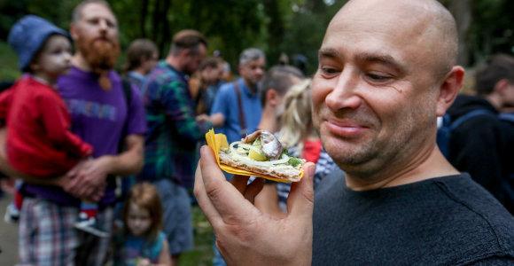 Vilniaus Bernardinų parke drąsuoliai skanavo nosį riečiančio delikateso