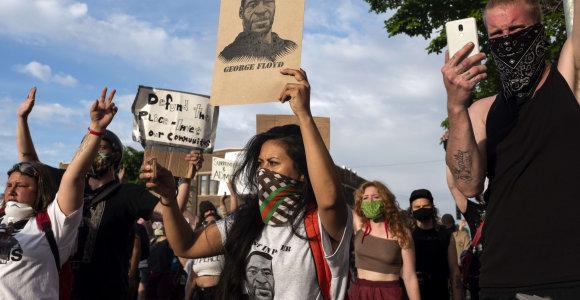 JAV antrą vakarą vyko pikti protestai dėl incidento, kai policininkas nužudė juodaodį