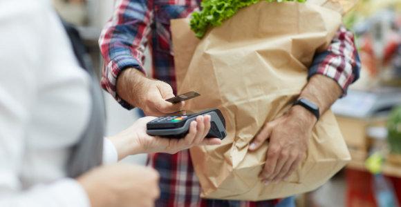 Pirkėjams Lietuvoje renkantis popierinius maišelius, prekybininkai palengva atsisako plastikinių