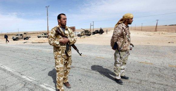 Libijos sostinėje per aviacijos antskrydžius žuvo beveik 100 vyriausybės pajėgų karių