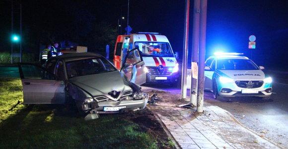 """Panevėžyje """"Alfa Romeo"""" nušlavė stulpą: vairuotojas spruko iš avarijos, keleivis – iš ligoninės"""