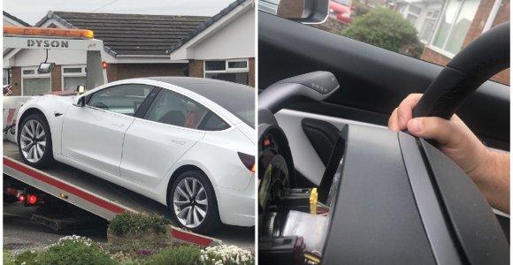 """Incidentas su naujuoju """"Tesla Model 3"""" išgąsdino ne juokais: blogai pritvirtintas vairas liko rankose"""