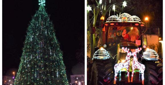 Vilkaviškyje suspindo žaliaskarė: Kalėdų Senelis į šventę atvyko... traktoriumi
