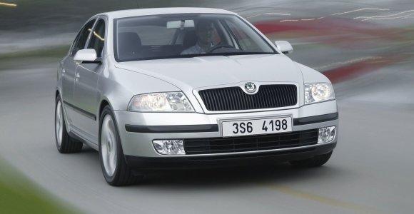 """Paskaičiuokime, kuris ekologiškesnis: sena """"Škoda"""" ar nauja """"Toyota""""?"""