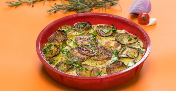 Sotiems savaitgalio pietums – bulvių apkepas su sūriu