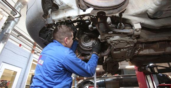Neapsigaukite: remontuojant automobilį draudimo išmoka gali padengti ir naujų detalių vertę