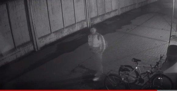 Susipykęs su jį stebinčia kamera, vyras prie Alytaus nakvynės namų pavogė dviratį