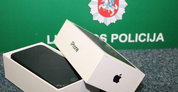 """Telšių policininkai """"apdovanos"""" nuo sukčiaus nukentėjusį gyventoją: grąžins mobilųjį"""