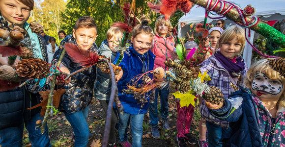 """Žemaitijos šeimų festivalyje """"Miško burtai 2019"""" siaus laumės ir kaukai"""