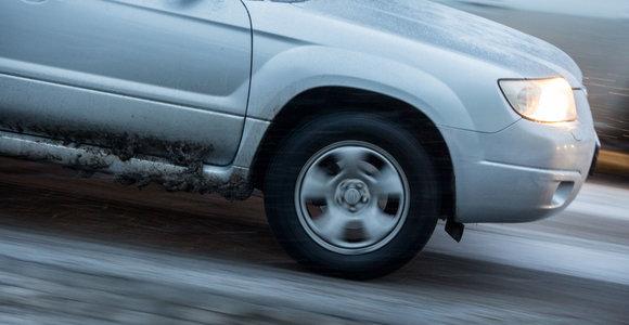 Kelininkai įspėja: rajoniniuose keliuose yra slidžių ruožų