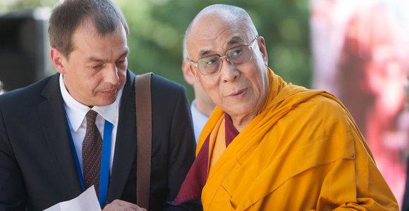 """Atidengdamas """"Mandalos"""" skulptūrą Tibeto skvere, Dalai Lama kvietė atsisakyti pykčio"""