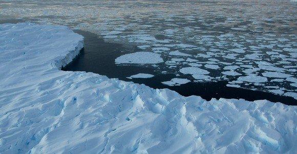 Nuo ledyno atskilęs ledkalnis Antarktidos pakraštyje sutrupėjo į gabalus