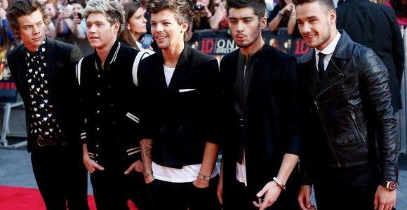 """Tūkstantinė ekstazės apimtų gerbėjų minia susirinko į filmo apie grupę """"One Direction"""" premjerą Londone"""