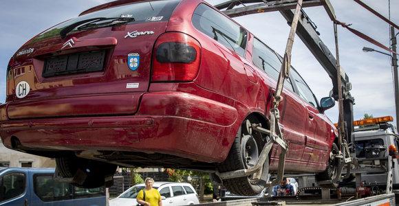 Seime – siūlymas išguiti iš kiemų neregistruotus ir TA nepraėjusius automobilius: piktybinius konfiskuos?