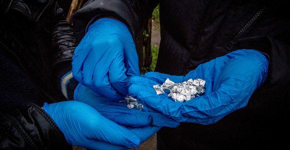 Vilniuje prie taboro nuo policijos bėgantis vyras metė maišelį su narkotikais