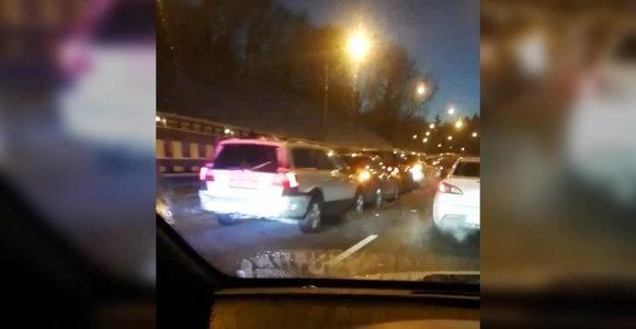 Vilniaus Geležinio Vilko gatvėje – didelė spūstis dėl masinės avarijos
