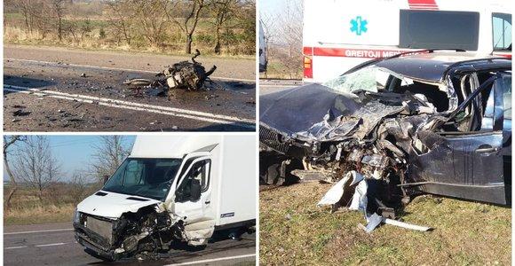 """Baisi avarija Prienų rajone: """"Škoda"""" vairuotojas ligoninėje, variklis liko mėtytis ant asfalto"""
