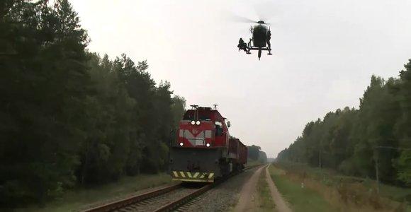 Neeilinės pratybos: ant užgrobto traukinio leidosi sraigtasparnis