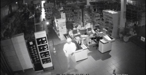 Arškainiuose vagys į parduotuvę įsibrovė per sieną ir pagrobė tris kasos aparatų stalčius