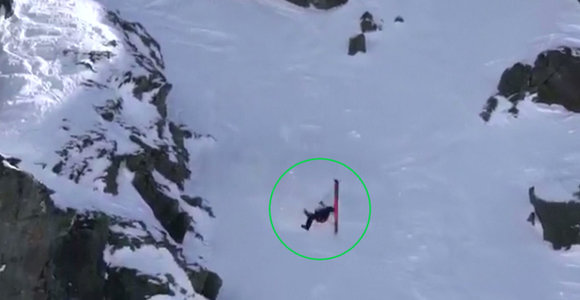 Užfiksuota krūptelėti verčianti akimirka, kai slidininkė per stebuklą išvengė rimtų traumų