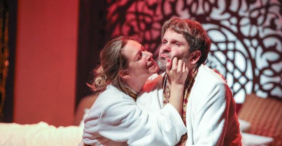 """Kultinio spektaklio """"Urvinis žmogus"""" tęsinyje """"Po 20 metų"""" – visoms poroms pažįstami išgyvenimai"""