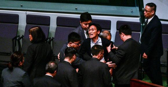 Honkongo opozicijos parlamentarai išvesdinti iš posėdžių salės už lyderės pertraukinėjimą