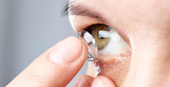 Kontaktinių lęšių priežiūros atmintinė vasarą – kokios klaidos kelia grėsmę akių sveikatai?
