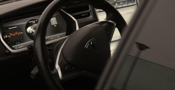 """""""Tesla"""" svarsto galimybę gaminti automobilius Kinijoje"""