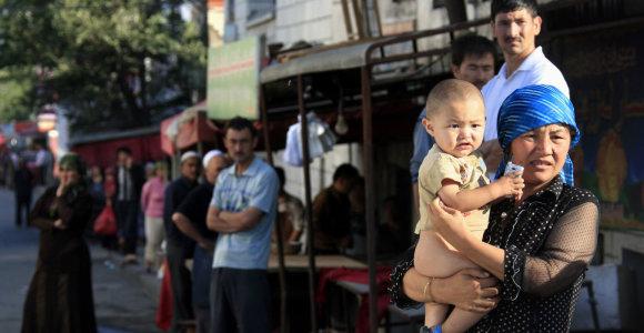 """Kinija sako paleidusi sėkmingai """"apmokytus"""" uigūrus, bet nerimas dėl žmogaus teisių nedingo"""