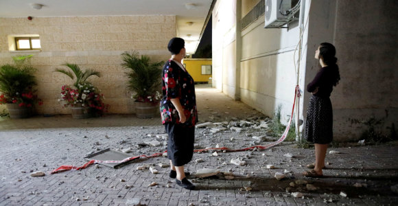 Raketai iš Gazos Ruožo pataikius į pastatą Sderote, Izraelis surengė atsakomųjų smūgių
