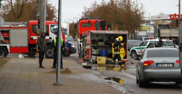 """Panevėžyje iš sunkvežimio iškritusios staklės apgadino """"Audi"""", ant kelio pasipylė alyva"""