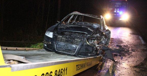 """Telšiuose, įtariama, tyčia sukeltas automobilio """"Audi A4"""" gaisras"""