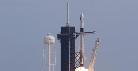 """Grupę """"Starlink"""" palydovų iškėlusi """"SpaceX"""" raketa nepataikė nusileisti ant platformos"""
