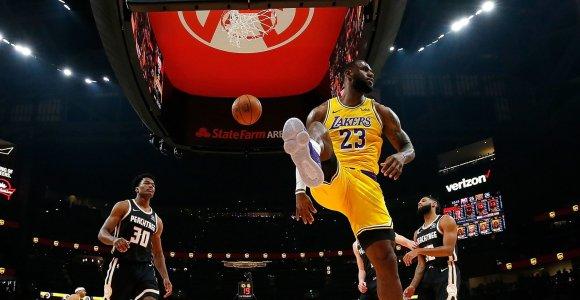 """Atlantoje – L.Jameso ir A.Daviso šou bei dramatiškas """"Lakers"""" išsigelbėjimas"""