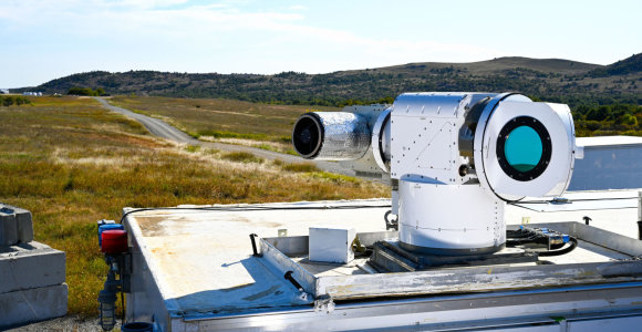 Amerikiečiai demonstruoja priešlėktuvinės gynybos lazerį: bepiločiai krito spiečiais
