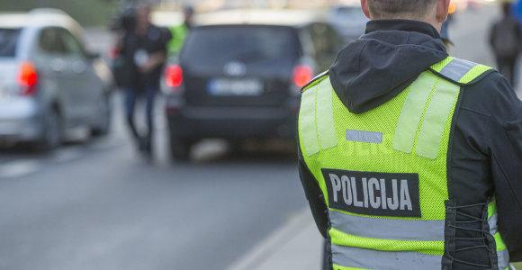 Su narkotikais ir pistoletu Kaune įkliuvusio BMW vairuotojo namuose – ginklai ir krūva šovinių