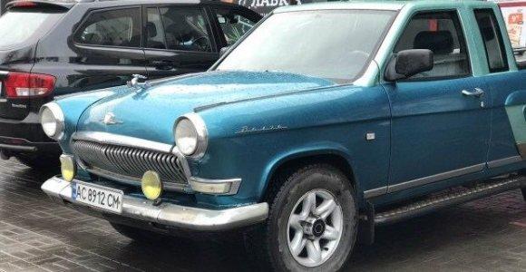 """Laki fantazija ar pasityčiojimas iš klasikos: istorinei GAZ 21 """"Volga"""" patrumpino stogą?"""