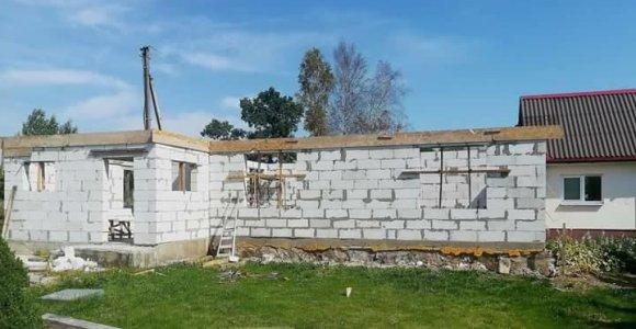 Mums rūpi: trims šeimoms sudegusį namą atstatantis Julius Davidonis prašo pagalbos – stogo reikia iki žiemos