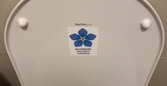 """Sausio 13-osios simbolis prekybos centro tualete: """"Prasilenkta net ir su juodu humoru"""""""