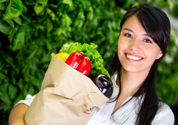 Fotolia nuotr./Moteris neša maisto produktus