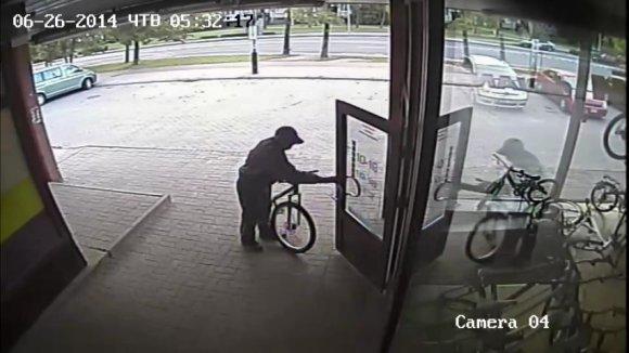 Policijos nuotr./Vaizdo kameros užfiksavo besidarbuojančius dviračių vagis