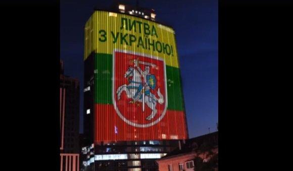 """Ukrainos sveikinimas Lietuvai ant 17 aukštų verslo centras """"Gulliver"""" Kijeve"""