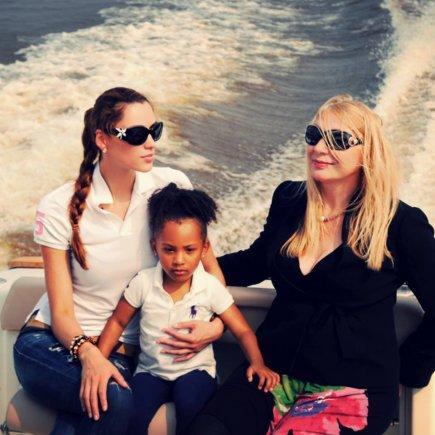 Asmeninio albumo nuotr./Kristina Tučkutė su mama Ala Tučkuviene ir dukra Sasha Patrice