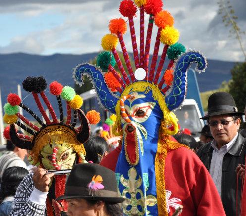 Festivalio dalyvių kostiumai spalvingi