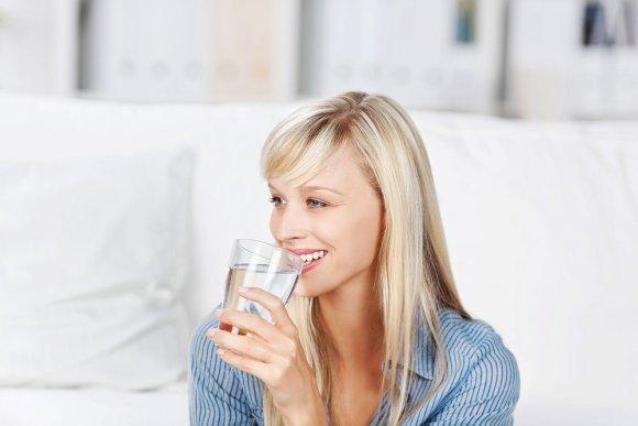 Fotolia nuotr./Moteris geria vandenį